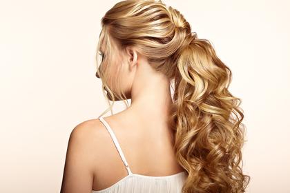 金髪ロングヘアの女性