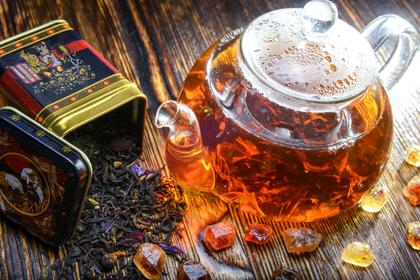 紅茶葉とティーポット