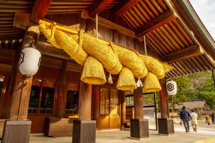 大きな注連縄の神社