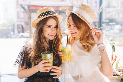 カンカン帽を被る女性たち