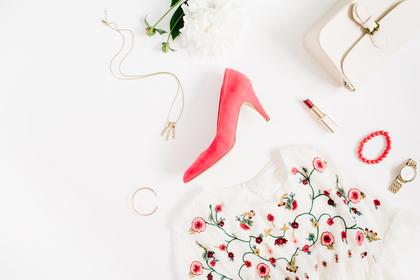 花柄の服とハイヒール