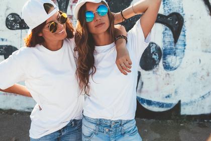 白いキャップの女性たち