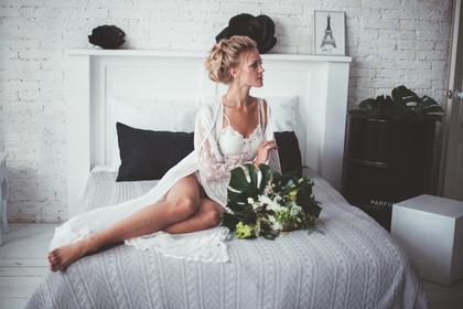 白い装いの女性