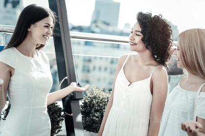 楽しく話をする女性たち