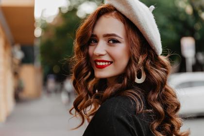 白いベレー帽を被った女性