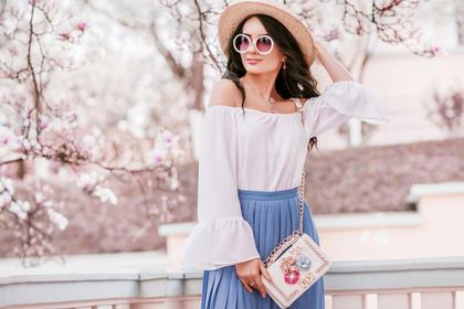 スカートを着た女性