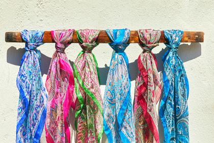色彩豊かなスカーフ