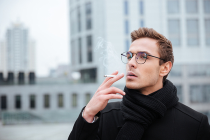 たばこ吸う人