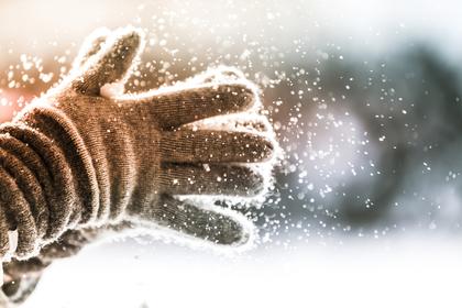 汚れをはたいている手袋