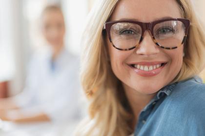 メガネをかけた笑顔の女性