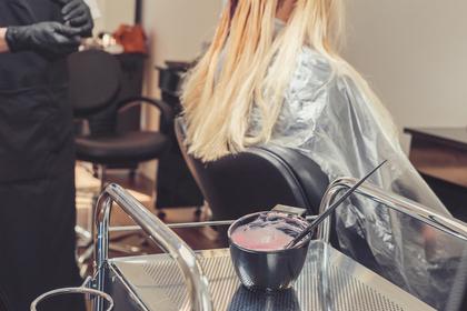 髪を染める人