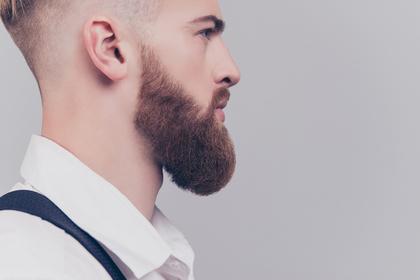 髭の男性の横顔