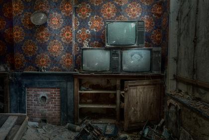 古いブラウン管のテレビ