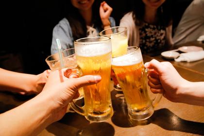 ビールで乾杯する人たち