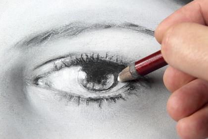目を描く手