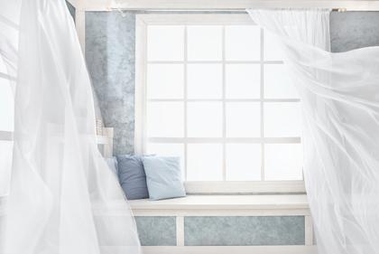 綺麗なカーテンが舞う窓