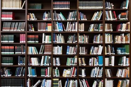 大量の本が入った本棚