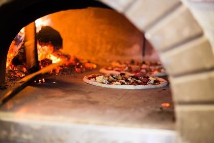 焼かれているピザ