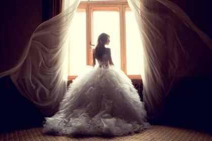 ウエディングドレスを着た女性