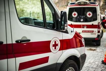 救急車で運ばれる人