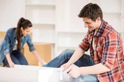 引っ越し作業をする男女