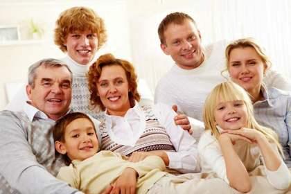お宮参りをたくさんの家族で祝う家庭