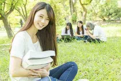 本を抱えた女性