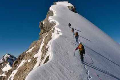 雪山を登る人たち