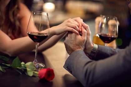 ワインと握り合う手