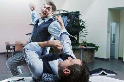 殴りかかる男性の画像