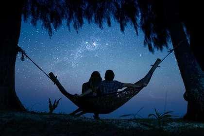 星を見るカップル