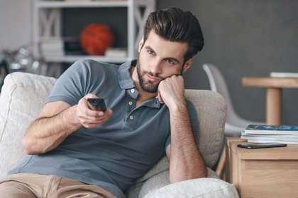 テレビをみる男性