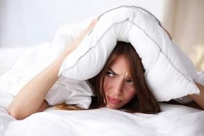 枕を被る女性
