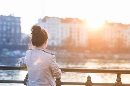 一人で海を見る女性