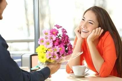 花を渡される女性