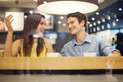 微笑む男女