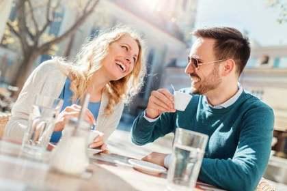 野外カフェで話をする男女