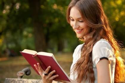 日記を読む女性