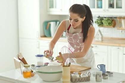 食事を作る女性