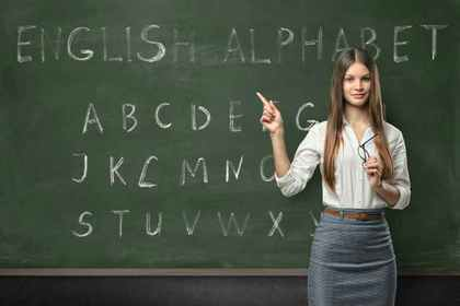 黒板の前に立つ女性