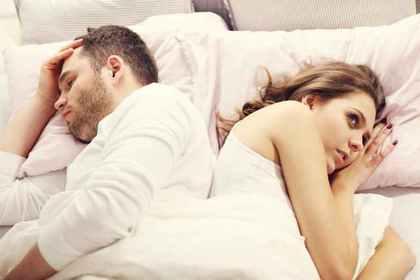 寝るカップル