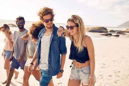 みんなで歩く砂浜