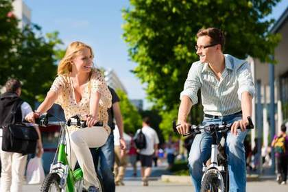 自転車に乗る男女