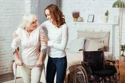 高齢者を支える女性