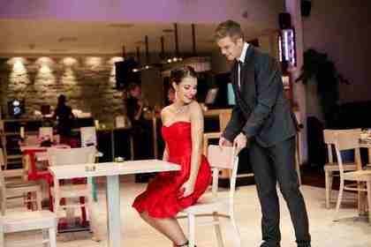 赤いドレスの女性と男性