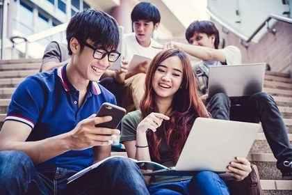 勉強する大学生のグループ