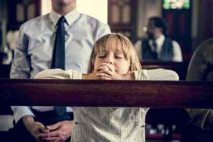教会で祈りをささげる少女