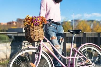 自転車を楽しんでいる人