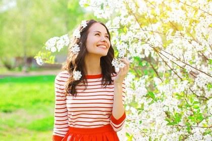 白い花をめでる女性