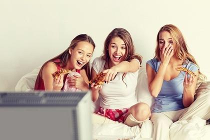テレビを見て笑う女性
